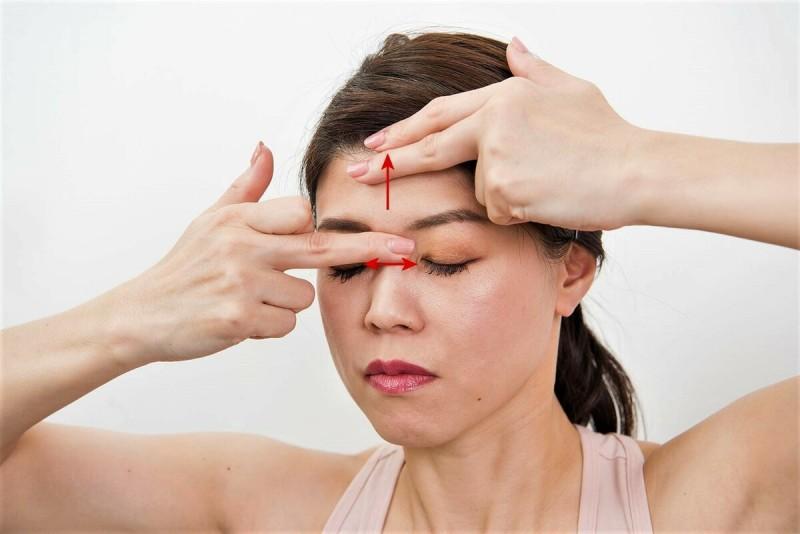 А это помогает расслабить корневые мышцы носа. Поднимая кожу лба, надо легко надавить на мышцы переносицы. Сделать 10 раз. Фото из свободного источника интернета