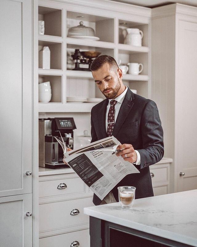 На фотографии: Ali Gordon читает газету