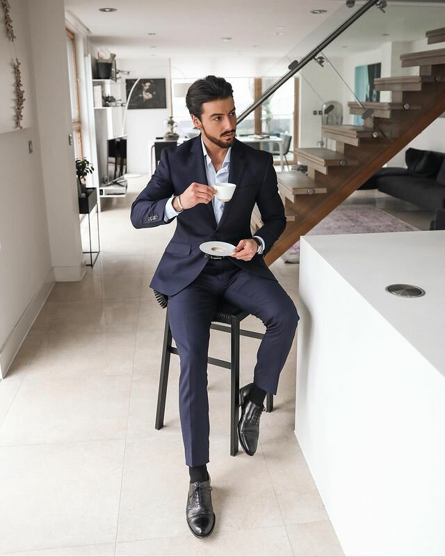 На фотографии: Rowan Row пьет кофе