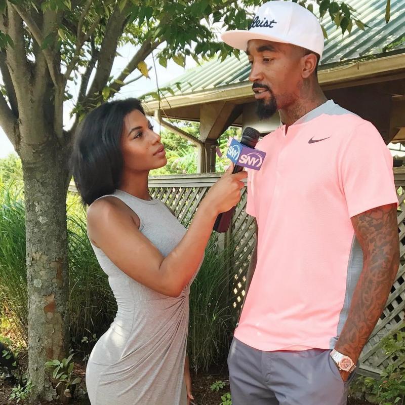 Taylor Rooks  берет интервью у баскетболиста