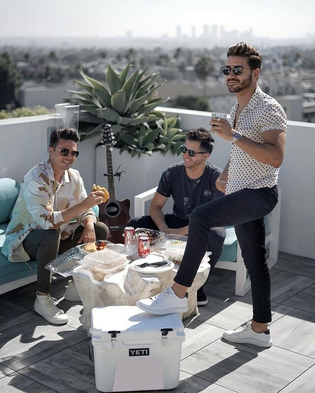 На фотографии: Alex Costa отдыхает со своими друзьями