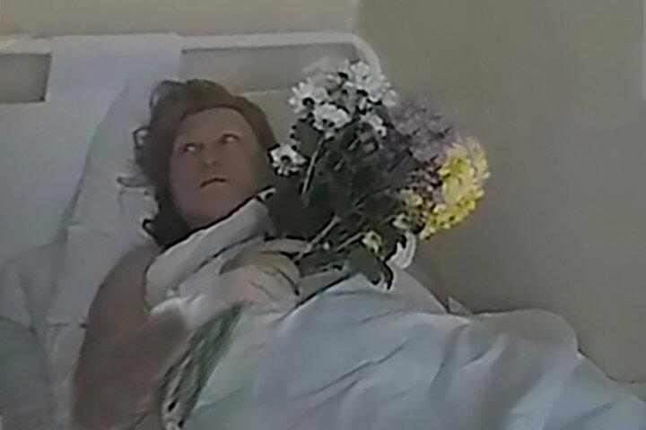 Маргарита Юдина с букетом от полицейского в больнице.