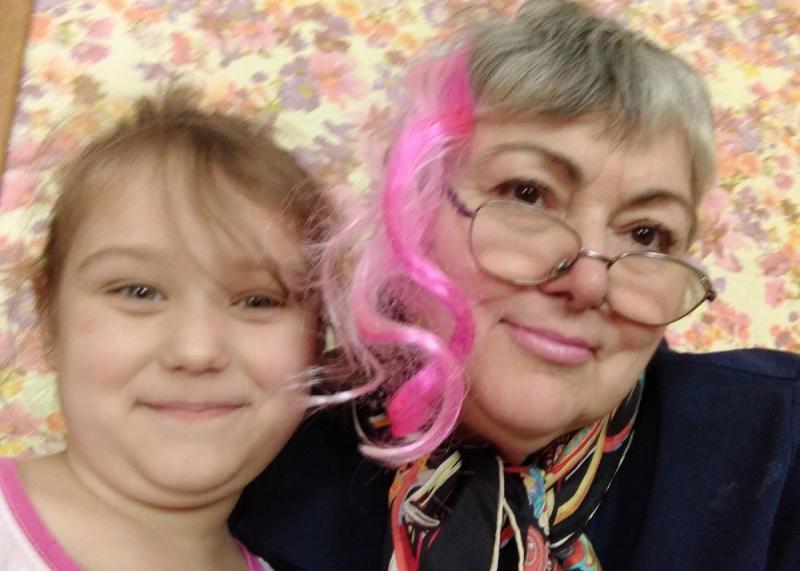 """фото автора. Внучка украсила бабу своей заколкой. Внучка не такая полная, просто так позировала! Ночью, перед сном, она гладила меня по голове и приговаривала:""""Баба, как жалко, что ты старая стала! Я тебя так люблю!"""""""