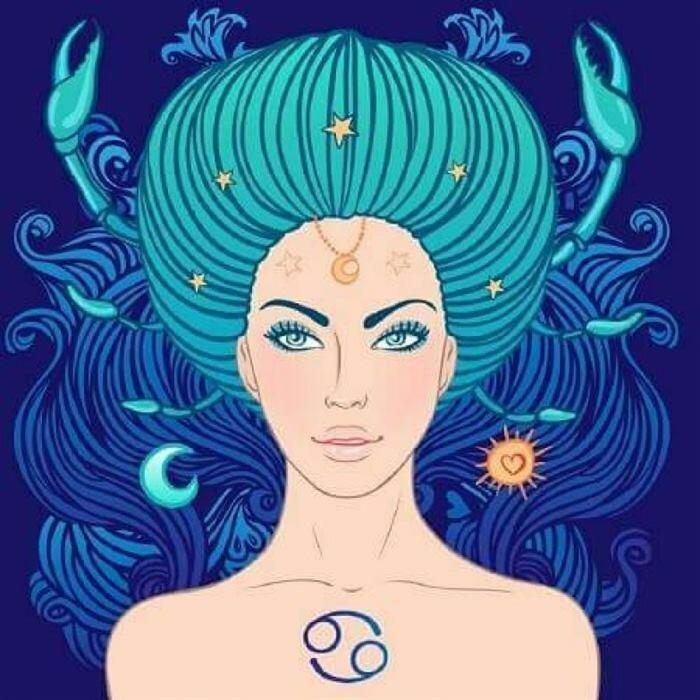 Женщины этого зодиакального созвездия живут в вымышленном мире своих иллюзий. Они любят фантазировать и мечтать. Раки критично относятся к словам окружающих. Зачастую неверно их понимают. Загадочная женщина с непростым нравом – такую характеристику дают знаку. Людям сложно понять её настроение и эмоции.  Положительные качества:  умеет хранить секреты; терпеливость; доброта; честность; сострадание; трудолюбие; самодостаточность. Отрицательные черты:  любит жаловаться; обидчивость; эгоцентризм; вспыльчивость; пессимизм; раздражительность. Девушке-Раку свойственно желание уединяться. Наедине со своими мыслями принимает важные решения, находит выход из ситуации. Любит больше времени проводить дома, мало заботится о карьере.  Совместимость с другими знаками В зависимости от характера партнёра девушка-Рак ведёт себя по-разному. Она бывает лидером, или может во всем подчиняться мужчине. Может всецело отдаться любви, а иногда скована и зажата. Чтобы узнать, с каким психотипом ей будет проще ужиться, нужно рассмотреть каждый отдельно:  С Овном вначале складываются идеальные романтические отношения. Но потом их взгляды расходятся. Жена хочет домашнего уюта, а муж стремится жить вольно. В браке с Тельцом есть чёткое разграничение обязанностей. Это приводит к гармонии и крепким отношениям. В паре с мужчиной знака Близнецы сложно ужиться спокойной женщине-Раку. Несмотря на большую любовь, брак будет полон противоречий. С представителем своего созвездия часто случаются конфликты. В доме постоянно будет тихая война. Со Львом возможен союз, но партнёрам важно найти компромисс. Лев любит общество, а Рак предпочитает домашний уют. Брак с Девой идеальный. Супруги смотрят в одну сторону, имеют общий ориентир. В семье с Весами нужно держать во внимании общий бюджет. Расточительность Весов не нравится женщине-Раку. С мужем-Скорпионом женщина живёт душа в душу. Он будет другом, любовником и партнёром. Легкомысленный Стрелец не подходит такой женщине. Ей нужна стабильность в жизни, которую