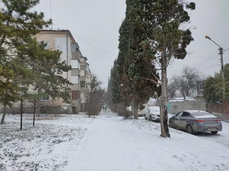 Крымские улочки. Все припорошено снегом