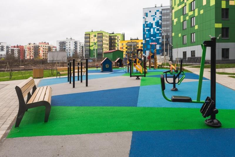 Уютный, тихий двор, где есть и детские площадки, и тренажеры для занятий спортом на свежем воздухе, и лавочки, на которых можно просто посидеть в приятную погоду