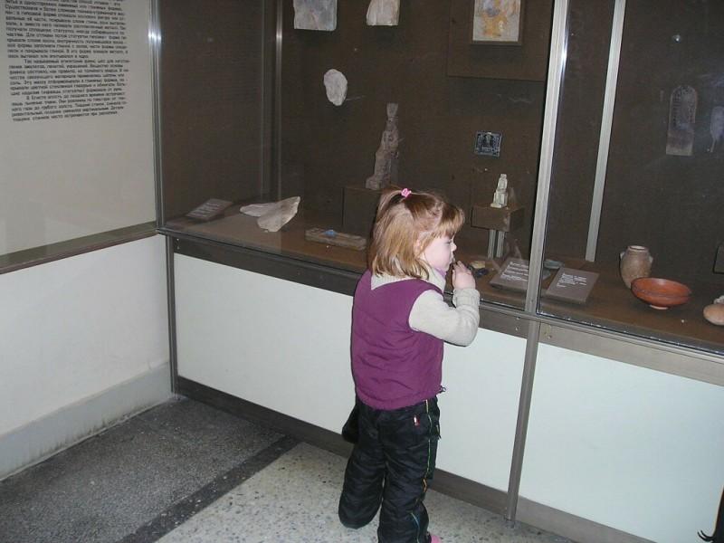 Моя младшенькая приобщается к истории в Эрмитаже.