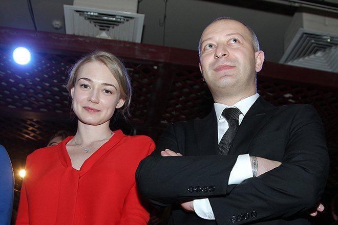 Муж Акиньшиной с другой женщиной.