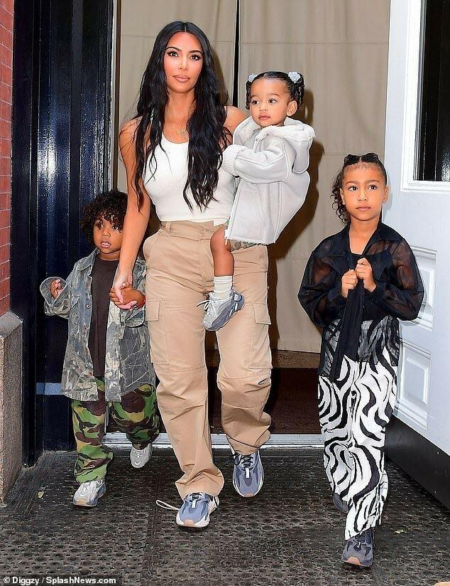 Ким со своими детьми