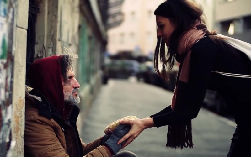 Женщина дала бездомному еду на улице. А завтра ее фото с ним было во всех американских газетах 💖