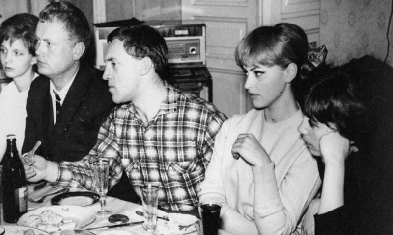 Владимир Высоцкий и Татьяна Иваненко на застолье у друзей. 1969