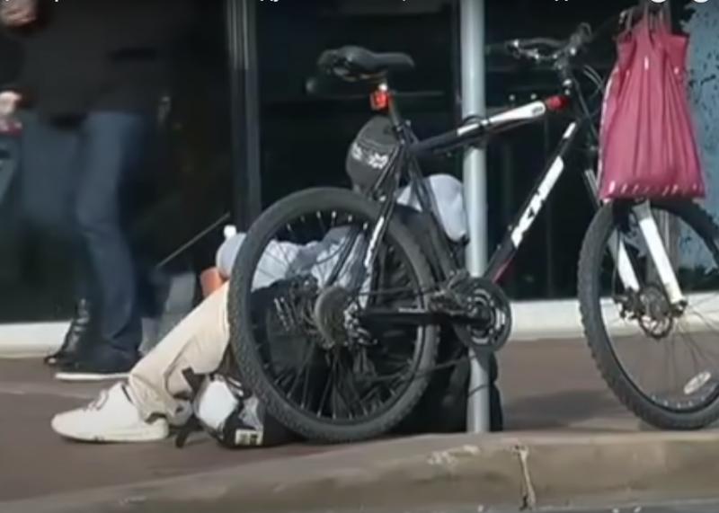 Бездомный возле супермаркета