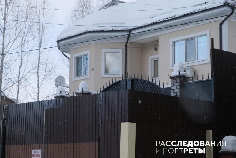 """Причиной """"военных действий"""" стал конфликт с соседом, который, по словам Захаровой, перегородил забором часть дороги к школе."""