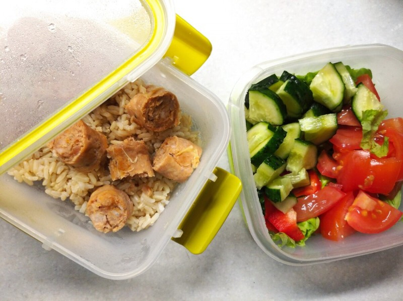 Обед: бурый рис с натуральной сосиской и салат