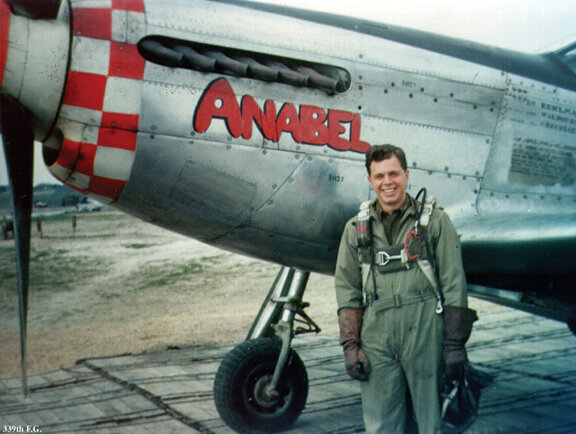ВВС США. Капитан Роберт М. Кульман позирует с Анабель. Фото - www.web-birds.com