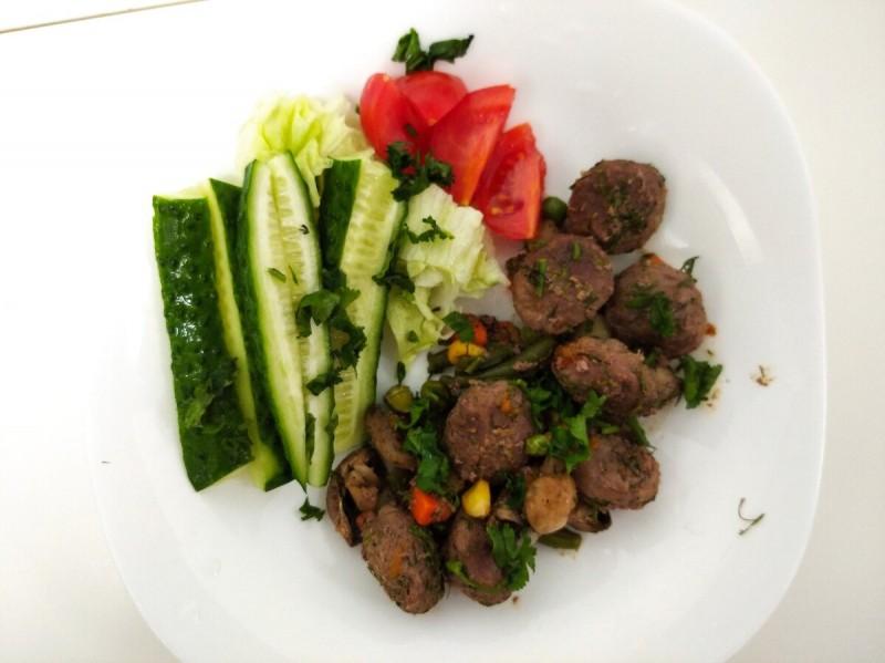 Ужин: говяжие тефтели с овощами
