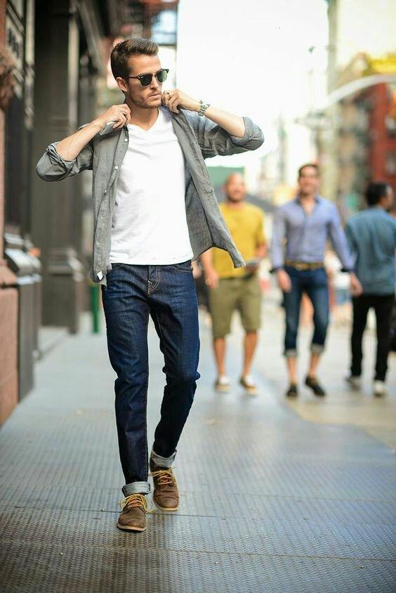 Образ с белой футболкой может быть простым или многослойным, дополненным джинсовой или фланелевой рубашкой, пиджаком