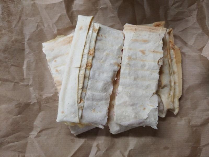 Первый перекус : лаваш с яйцом, ветчиной и сыром