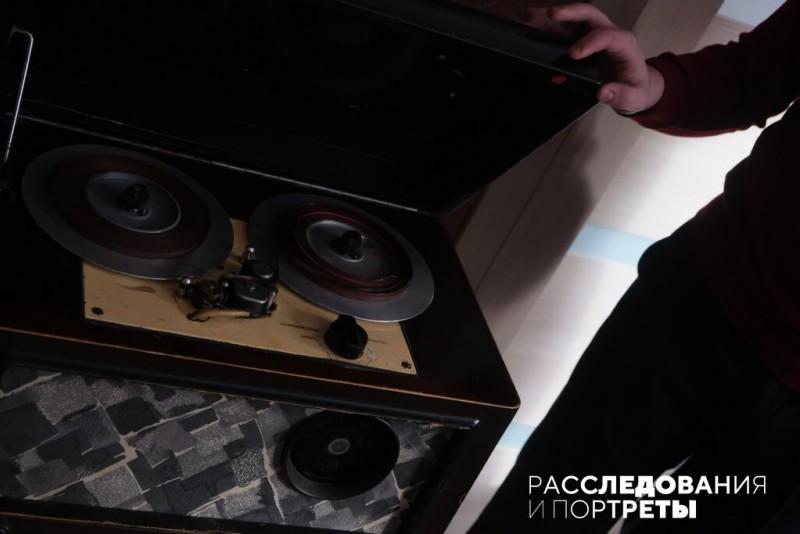 """А любимые """"экспонаты коллекции""""  - советские катушечные магнитофоны 50-х годов. Фото: Александра Яговкина @ Расследования и портреты"""