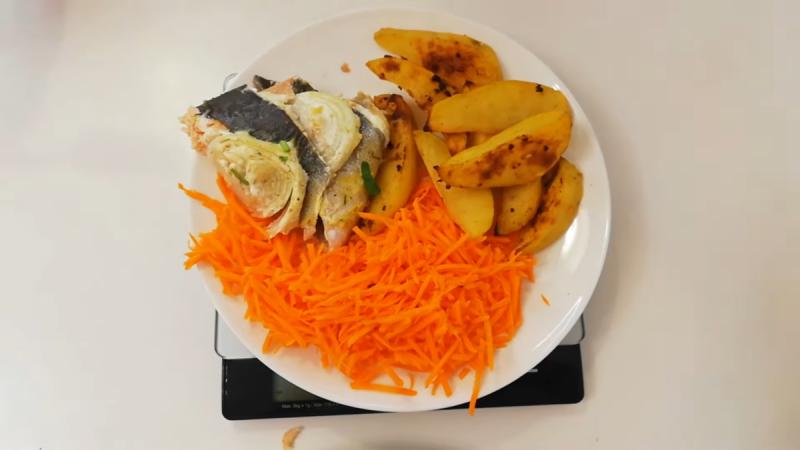 Моя порция рыбы и картофеля в обед. Фото автора.
