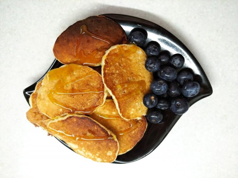 Завтрак: банановые оладьи с овсяным сиропом и голубикой