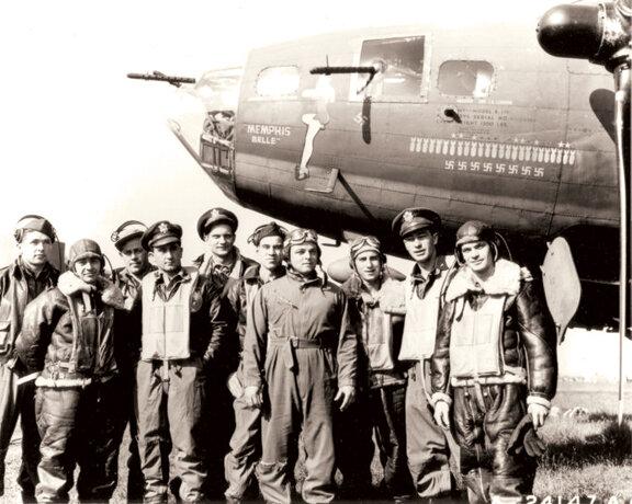 B-17. Летчик Роберт Морган (4-й слева) Музей ВВС в Wrght-Паттерсон Air Force Base в штате Огайо. Фото: ВВС США