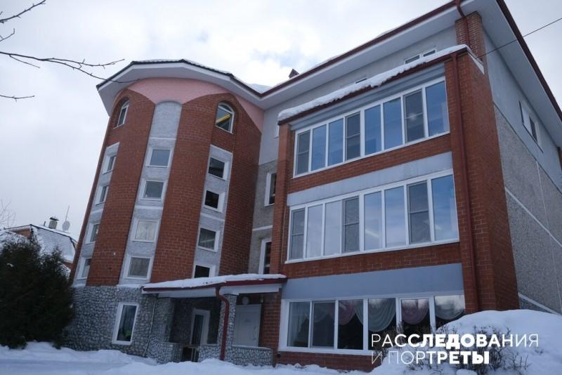 Так выглядит снаружи школа №215 в Коптяках. Фото: Александра Яговкина @ Расследования и портреты