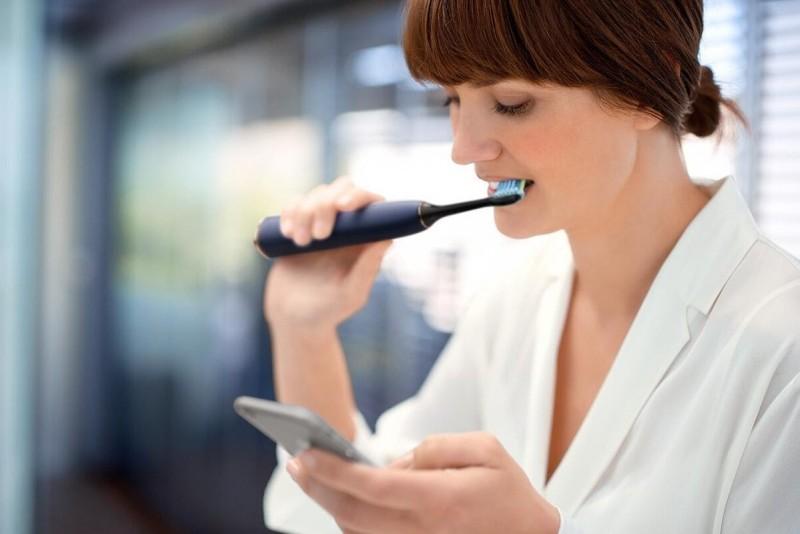 Хорошая электрическая щетка помогает осветлить зубы на два тона без профессиональной чистки