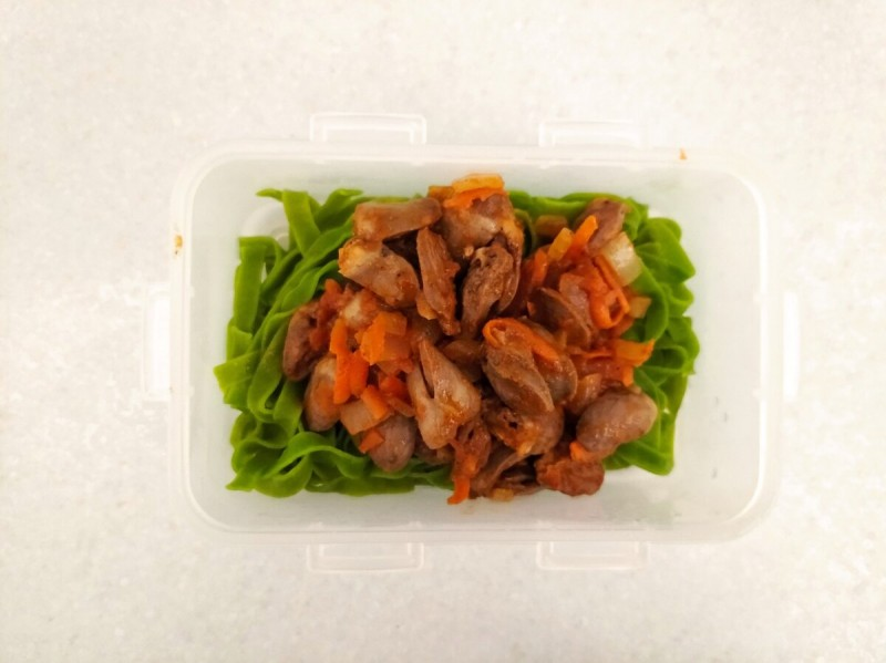 Обед : Таглиателле с куриными сердечками, салат.