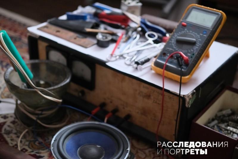 Главное увлечение Гоши - радиотехника. Фото: Александра Яговкина @ Расследования и портреты