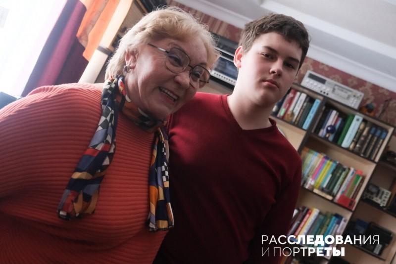 Екатерина Захарова и ее сын-внук Гоша. Фото: Александра Яговкина @ Расследования и портреты