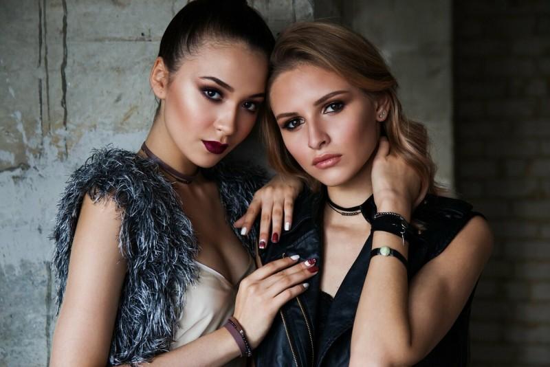 https://pixabay.com/ru/photos/девочки-пара-модели-портрет-мода-1828539/