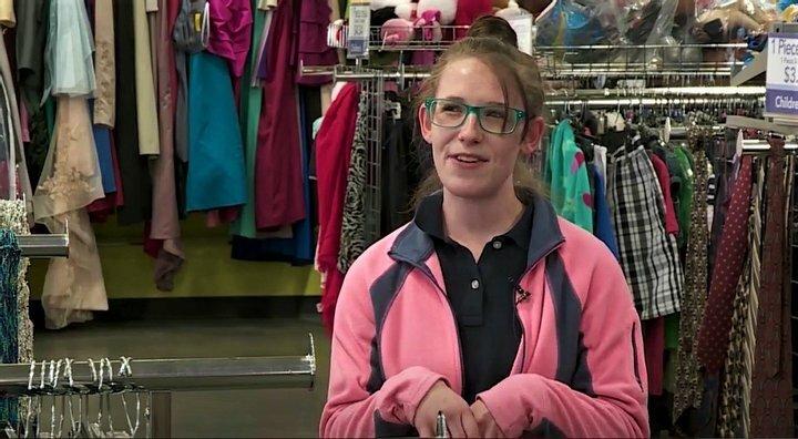 Андреа Лессинг нашла деньги в одежде и вернула их .Скриншот KFOR