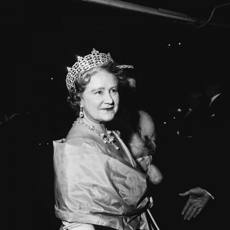 Когда разразилась Вторая мировая война, Адольф Гитлер назвал Елизавету «самой опасной женщиной в Европе».  В то время как большинство лондонцев эвакуировали город, королева и ее муж остались в столице, чтобы выполнить свой долг.  Многие из выживших никогда не забывали доброту и храбрость королевской четы.  Елизавета посещала бомбардированные места, чтобы поднять боевой дух жителей, одетая в лучшие наряды. Она хотела показать, что королевскую семью нельзя сломать.  «Я была почти рада, что нас бомбили», - сказала она после бомбежки Букингемского дворца.  «По крайней мере, теперь я чувствую, что могу смотреть людям прямо в глаза», - сказала она.  Во время авианалётов на дворец в общей сложности девять раз падали бомбы.  После окончания войны положение королевской семьи было сильнее, чем когда-либо.