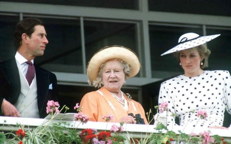 Принц Чарльз всегда был под пристальным надзором королевы.  И хотя именно она посоветовала ему жениться на Дайане Спенсер, позже она поняла, что это не та женщина для любимого внука.  Когда она узнала о его романе с Камиллой Паркер Боулз, она не только не уговорила его разорвать эти отношения, но и незаметно поддержала развитие отношений с возлюбленной.
