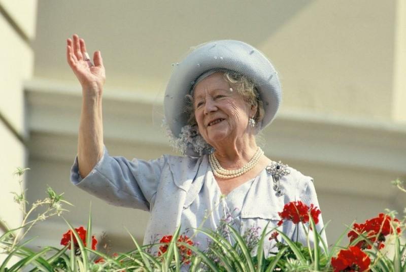 Королева-мать была первой особой британской королевской семьи, достигшей 100-летнего возраста.  Свой юбилей она отметила в 2000 году, и по этому случаю прошел грандиозный парад.  Чтобы отдать дань уважения Елизавете, ее изображение было размещено на памятной банкноте в 20 фунтов стерлингов, выпущенной Королевским банком Шотландии.  Елизавета исполняла свои служебные обязанности до последних дней, хотя за несколько месяцев до смерти сократила их объем.  Она умерла от инсульта 30 марта 2002 года в возрасте 101 года.  По сей день она остается одной из величайших легенд и самым популярной особой королевской семьи, которая когда-либо была в Британии.