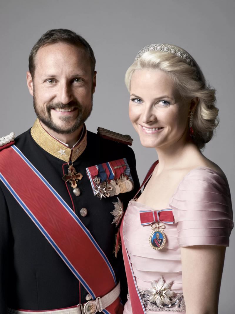 Ингрид Александра и Сверре Магнус, рождённые в браке, стали наследниками, а сына супруги кронпринц усыновил