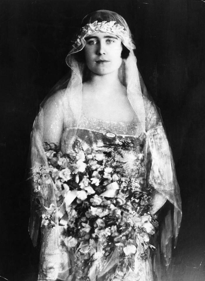 Герцог дал понять, что не может представить себе, что сможет жениться на любой другой женщине.  Говорят,  что даже его мать была уверена,  что Елизавета была «единственной девушкой,  которая может сделать Берти счастливым».  У Боуз-Лайон не было другого выбора, кроме как в конце концов принять предложение Альберта в январе 1923 года. Три месяца спустя она вышла замуж за принца на грандиозной церемонии в Вестминстерском аббатстве. Елизавета стала частью королевской семьи, не подозревая, что однажды станет королевой.