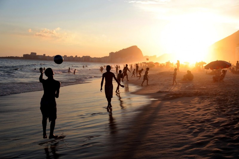 https://pixabay.com/ru/photos/рио-бразилия-люди-футбол-пляж-шар-2359870/