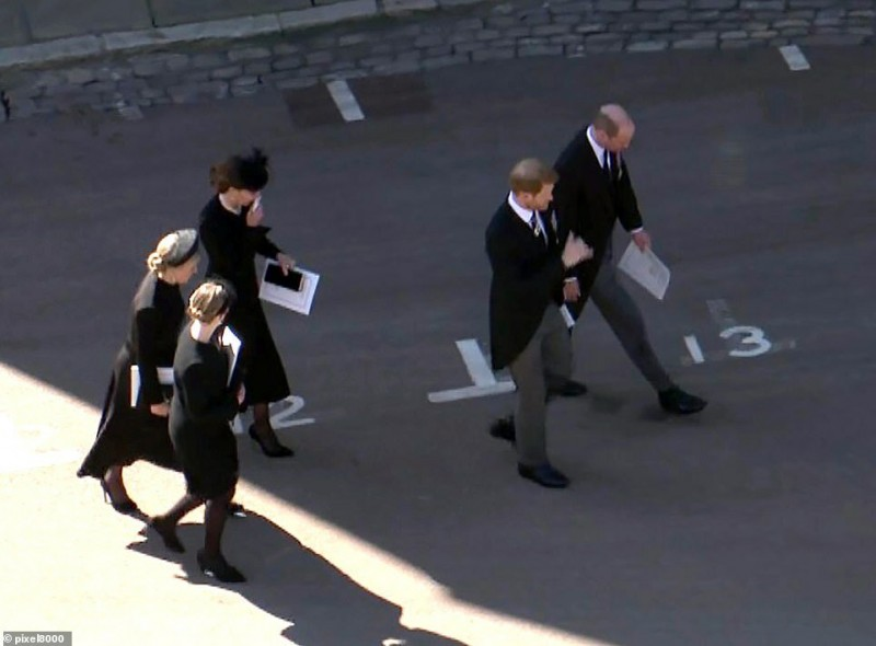 Фото https://www.dailymail.co.uk/news/article-9482697/Prince-Philip-funeral-Queen-carried-pocket-square-picture-newlyweds.html