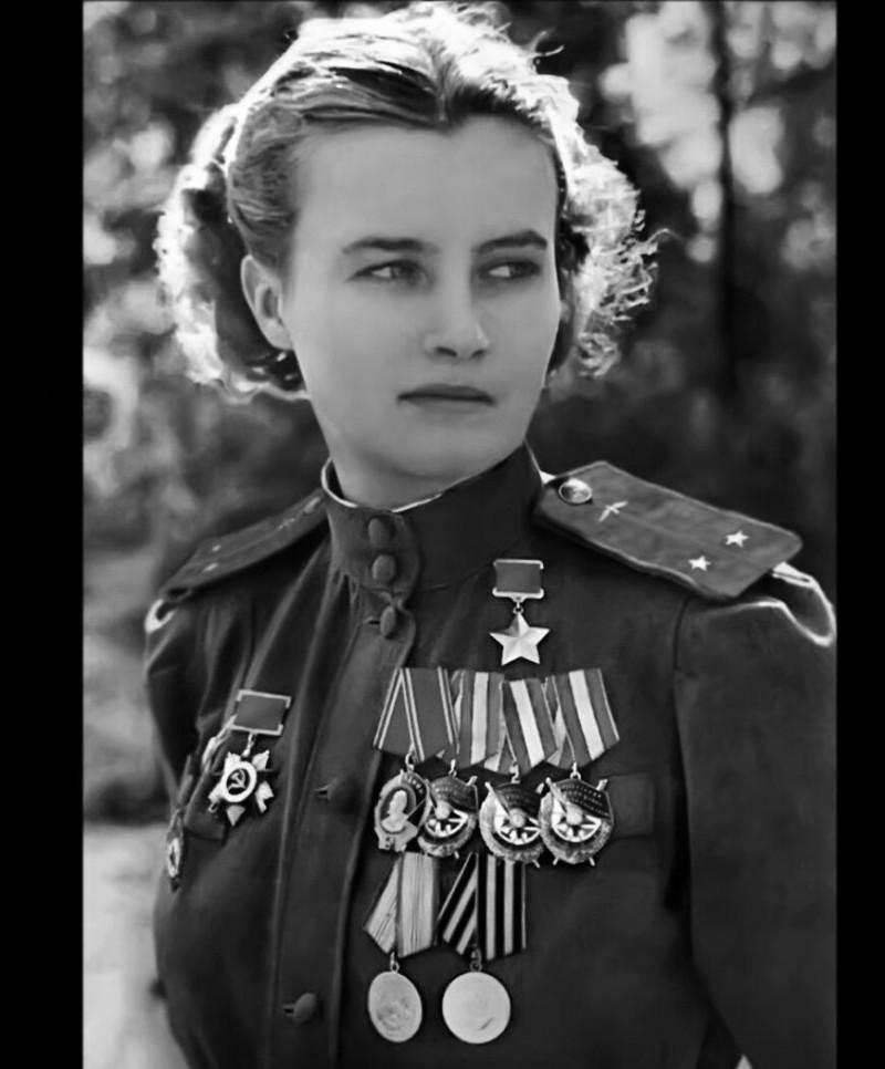 Наталья Меклин (Кравцова), в 20 лет была зачислена в авиаполк. Герой Советского Союза