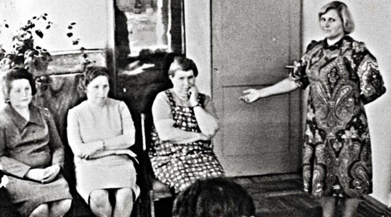 Антонина Гинзбург (крайняя справа из сидящих) во время предъявления для опознания
