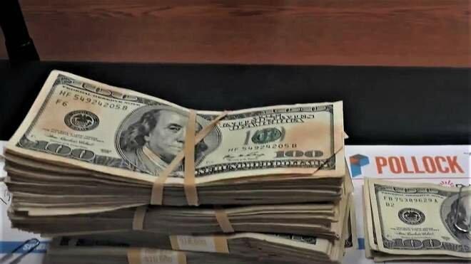 Девушка нашла 42000$ в одежде .Скриншот KFOR