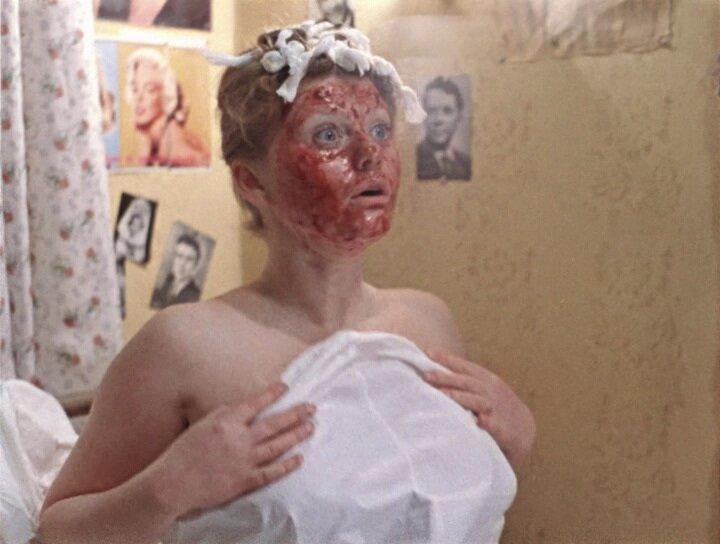 """Женщины тоже по-разному к косметическим процедурам подходят, например с юмором... Кадр из фильма """"Москва слезам не верит"""""""