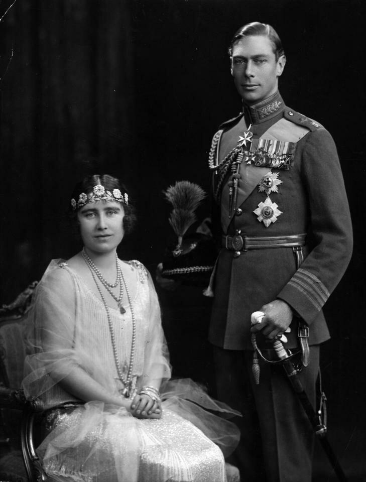 Спустя годы Елизавета подружилась с принцессой Марией, единственной сестрой герцога Йоркского Альберта.  Она даже была подружкой невесты на ее свадьбе с графом Хэрвудом.  Именно тогда ее заметил брат ее лучшей подруги.  Альберт был настолько очарован Элизабет, что попросил ее выйти за него замуж.  Но она отклонила его предложение ... два раза подряд.  Автор биографии Элизабет заявляет, что «она боялась, что никогда больше не сможет думать, говорить и действовать так, как ей следует».