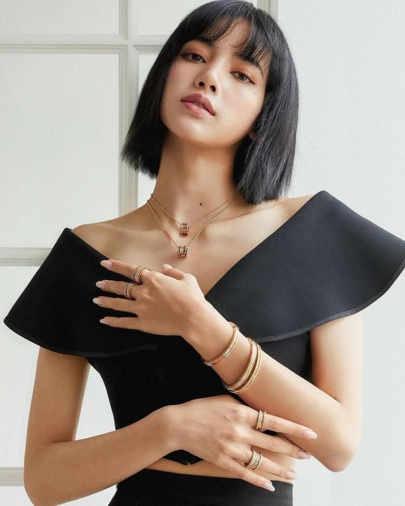 Лалиса «Лиса» Манобан (англ. Lalisa Manoban) — тайская певица, танцор и модель. Является участницей южнокорейской поп-группы BLACKPINK и занимает позиции главного танцора, ведущего рэпера, саб-вокалиста и макнэ