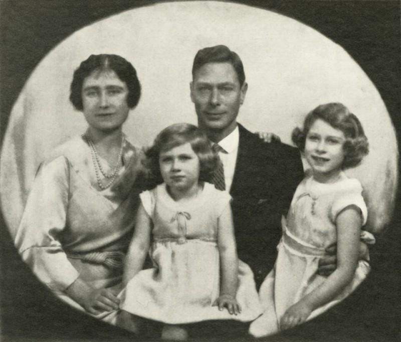 Еще до того, как они стали королевской четой, 21 апреля 1926 года у них родилась первая дочь Елизавета Александра Мария.  Вскоре прибыл министр внутренних дел, чтобы убедиться, что следующий наследник престола на самом деле является ребенком королевской семьи, а не «подкидышем».  Это был последний визит такого рода в истории королевской семьи.  Четыре года спустя, 21 августа 1930 года, родилась вторая дочь Елизаветы и Альберта.  Это был первый королевский ребенок, родившийся в Шотландии за более чем 300 лет.  Рождение дочерей закрепило отношения Елизаветы и Альберта.  Герцогиня была самой большой опорой и поддержкой своего мужа.