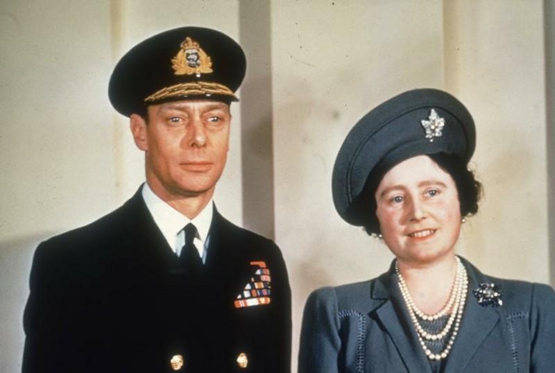 Когда в декабре 1936 года король Эдуард VIII отрекся от престола, чтобы жениться на Уоллис Симпсон, его брат принц Альберт боялся занять трон и, как сообщается, даже задавался вопросом, должен ли он отказаться от своей роли.  Его жена убедила его, что он должен пожертвовать собой ради страны и традиций.  Также она поддерживала его в борьбе с дефектом речи - характерным заиканием.  «Сегодня не было бы королевской семьи в том виде, в каком мы ее знаем, если бы не они», - отметил биограф королевы-матери.  Елизавета и Альберт были коронованы 12 мая 1937 года. Таким образом, супруги, которые ценили уединение и обычно держались в стороне, оказались в центре внимания всей страны.  Их неприхотливость сделала их любимцами народа.