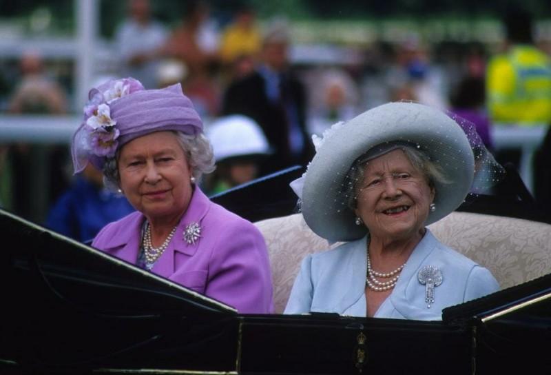 В феврале 1952 года король Георг VI умер от рака легких, повергнув свою семью и подданных в глубокую печаль.  После его смерти Елизавета купила замок Мей на крайнем севере Шотландии, чтобы найти уединение.  Это был единственный дом, который она когда-либо приобретала.  После восхождения на престол дочери Елизавету ласково называли «королевой-матерью».  Вдова продолжала исполнять представительские обязанности, и особенно заботилась о Елизавете II (на фото слева), которая готовила ее к новой ответственной роли.