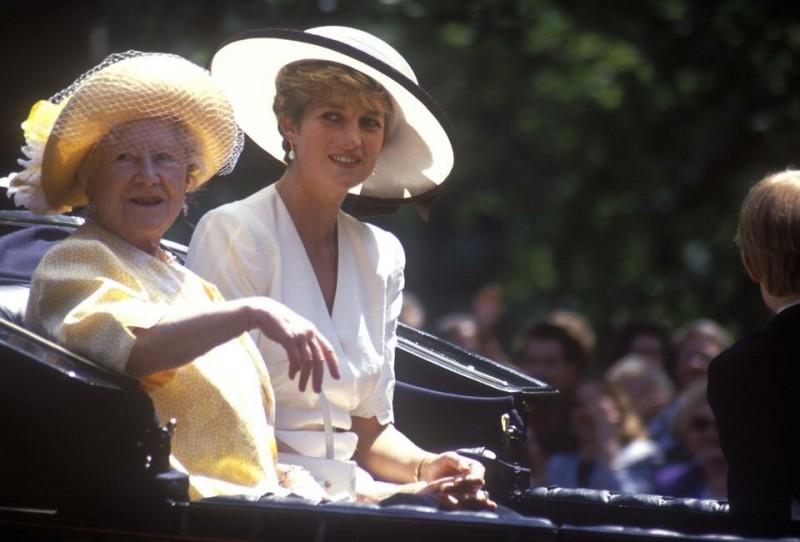 Говорят, что королева-мать ненавидит принцессу Диану после того, как в интервью она предложила передать королевскую корону ее сыну, принцу Уильяму, а не его отцу, принцу Чарльзу.  Это нарушило бы линию преемственности и нарушило бы королевскую традицию.  После смерти Дианы было зафиксировано, что королева-мать даже не склонила голову, стоя над гробом бывшей жены своего внука.  Это должно было полностью отразить ее холодное отношение к «принцессе человеческих сердец».